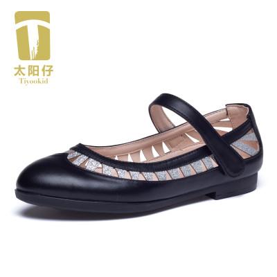 太阳仔秉承积极进取的精神和求真务实的态度,以简雅时代风格诠释都市的精致和质感,精准掌握儿童市场的产品差异化趋势,打造具有时尚雅致的品牌个性风格,版型时尚简约,质感优良雅范,不断满足都是时尚儿童日益增长的品质生活需求,开启中国时尚儿童皮鞋先锋者的进程,立志成为中国儿童市场具有竞争力和美誉度的童皮鞋品牌。